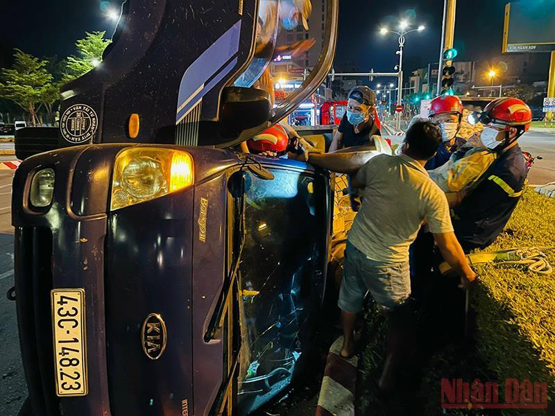 Cứu sống tài xế xe tải bị lật trên đường Bạch Đằng -0