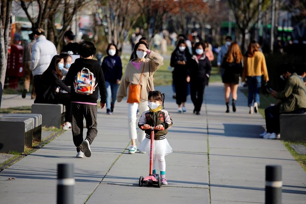 Một bé gái đeo khẩu trang đi xe đẩy tại một công viên ở Seoul, Hàn Quốc. Ảnh: Reuters