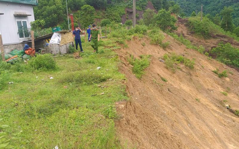 Quảng Bình sạt lở đất đe dọa trạm xăng trên Quốc lộ 12A -0