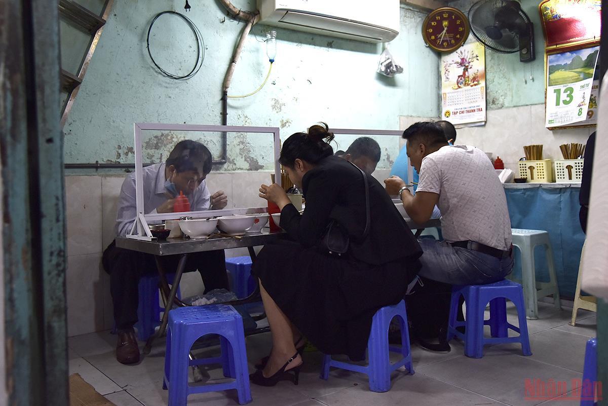 Quán phở, cafe Hà Nội mở cửa đón khách trở lại sau thời gian dài giãn cách -0