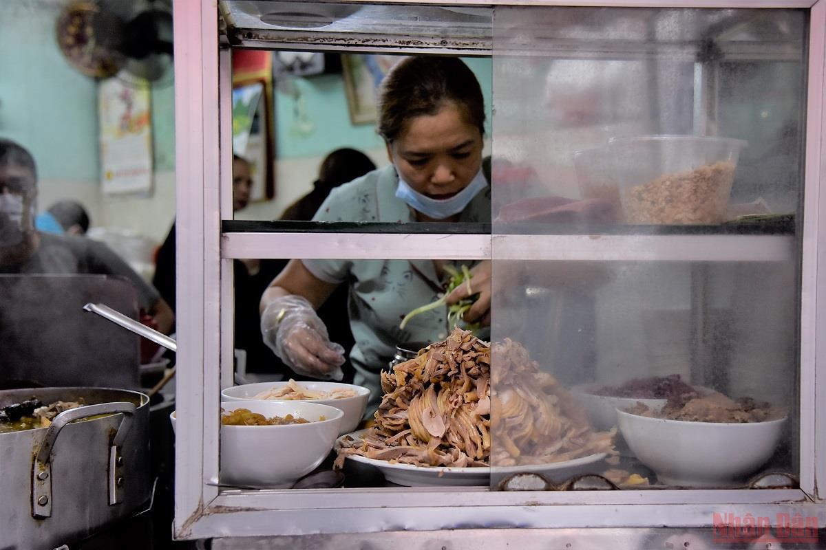 Người dân Hà Nội đi ăn sáng tại quán quen sau giãn cách -0