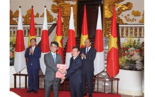 Trao Giấy chứng nhận đầu tư trị giá 100 triệu USD cho Công ty TNHH Toto Việt Nam