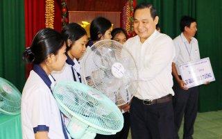 Thăm, tặng quà học sinh DTTS và gia đình chính sách tỉnh Ninh Thuận