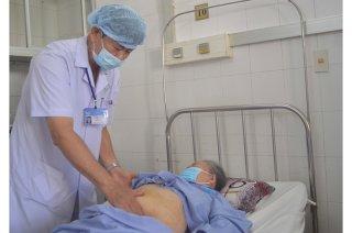 Quên ống sonde 9 năm trong cơ thể, cụ bà bị sỏi bám to bằng quả trứng