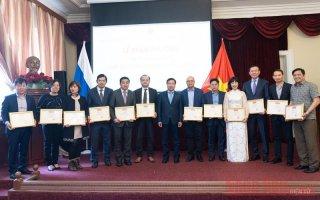 Khen thưởng cá nhân xuất sắc trong công tác cộng đồng người Việt tại LB Nga