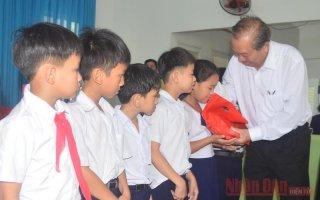 Phó Thủ tướng Trương Hòa Bình tặng quà cho trẻ khuyết tật ở Quảng Ngãi